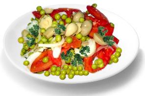 Постный салат с грибами, помидорами и зеленым горошком